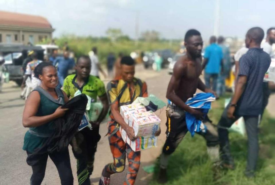 آلاف من الجياع النيجيريين يهجمون على مستودعات الغذاء ليطعموا أولادهم