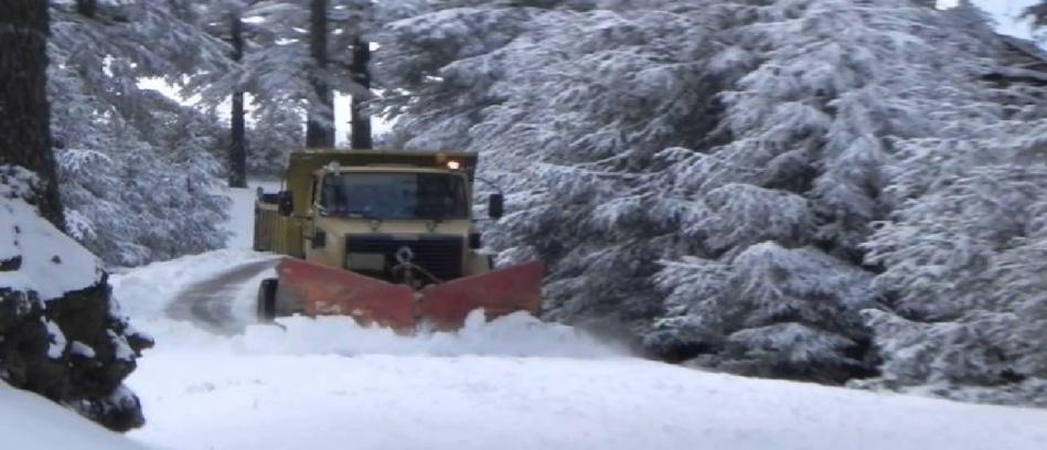 سلطات خنيفرة تتعبأ لإزاحة الثلوج وفتح الطرق المقطوعة