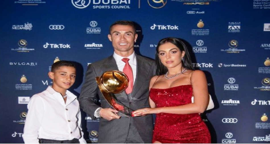 تعليق كريستيانو رونالدو بعد فوزه بجائزة لاعب القرن بدبي