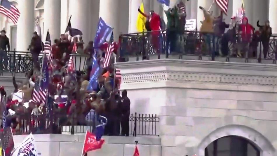 شاهد لحظة اقتحام انصار ترامب مبنى الكونجرس واشتباكات مع الشرطة