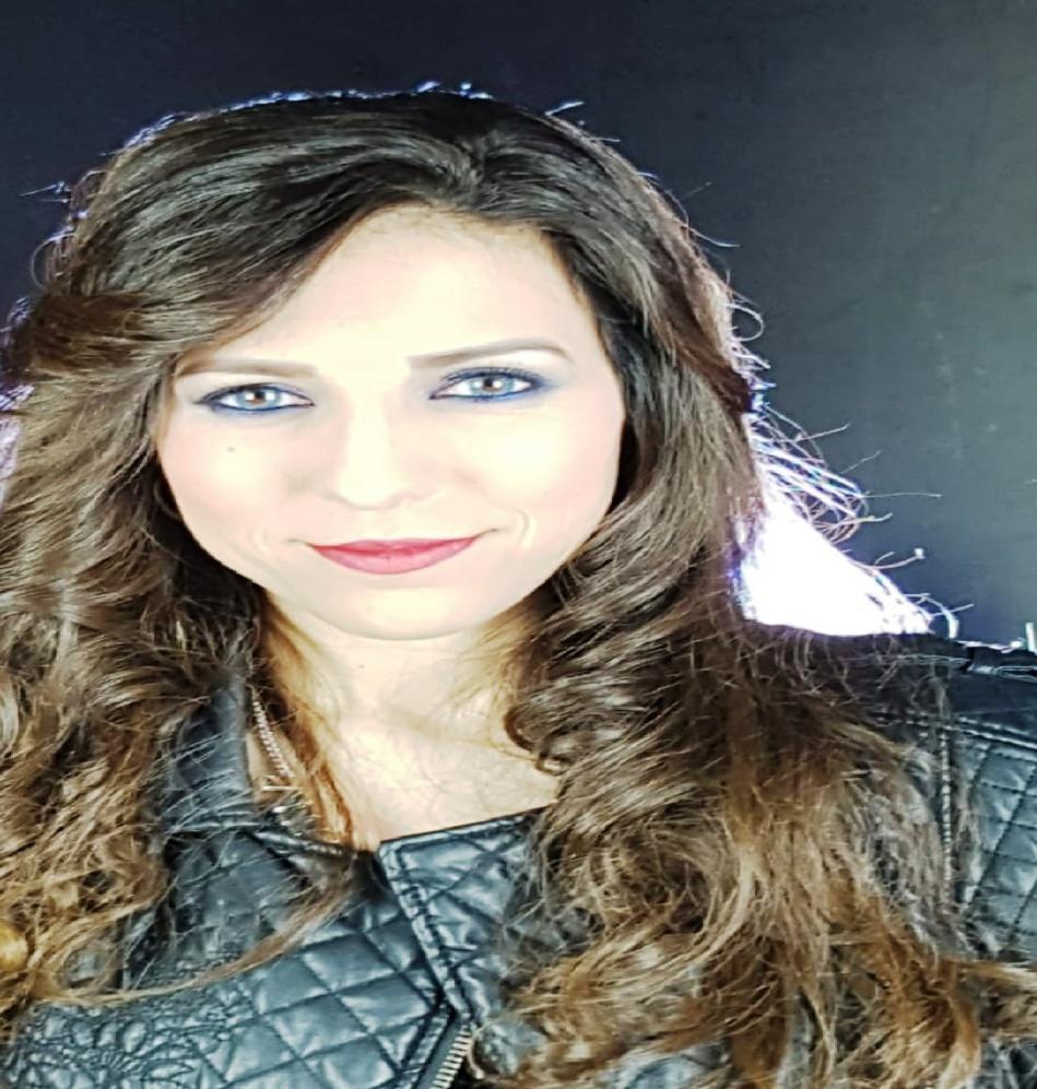 الفنانة المغربية جوليا تتألق في اللون الكلاسيكي