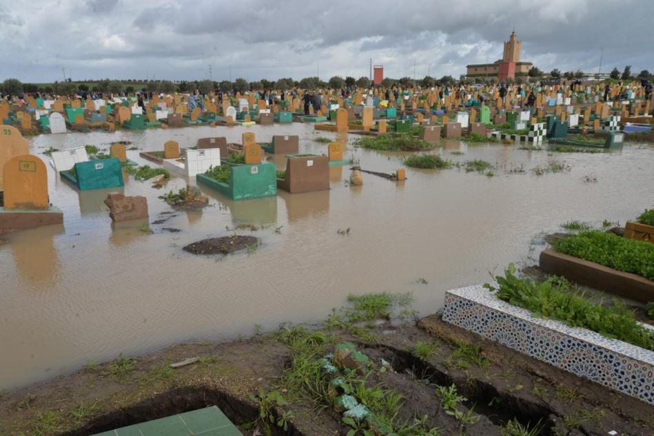 مياه الأمطار تغزو مقبرة الغفران بالبيضاء