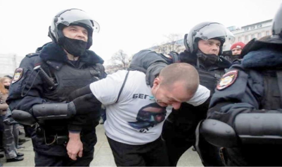 قوات الأمن الروسية تعتدي بالضرب على متظاهرين ضد الرئيس وتعتقل زوجة معارض معتقل