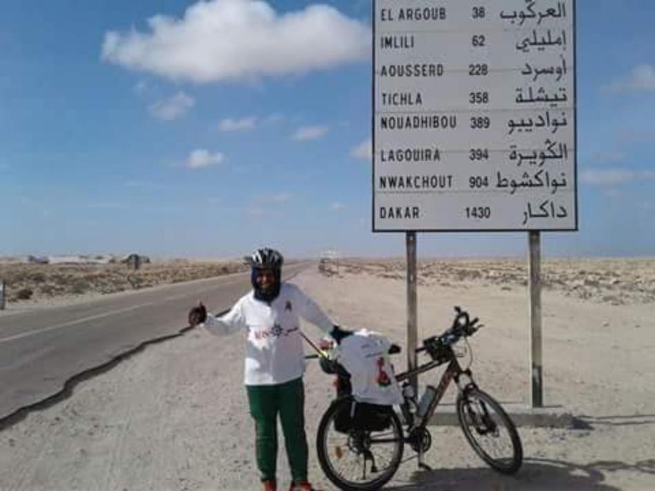 رحالة مغربي يتوجه إلى الكركرات بواسطة دراجته الهوائية