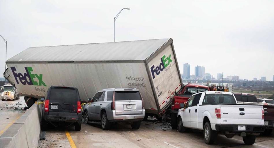 اصطدام نحو 100 سيارة بتكساس الأمريكية يُسْفِرْ عن عشرات القتلى والجرحى