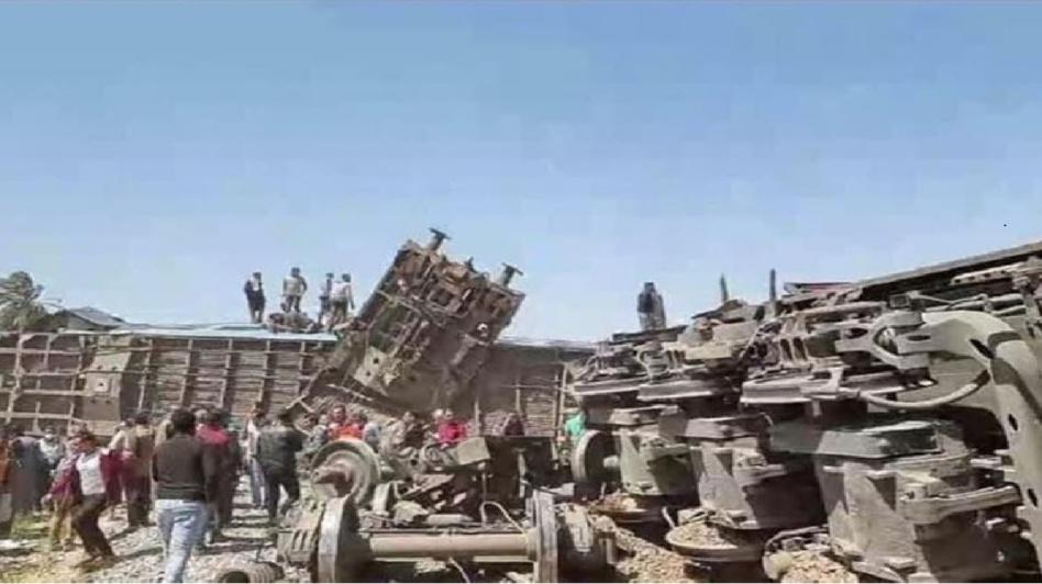 مصر.. السكك الحديدية تكشف سبب تصادم قطارين في الصعيد ووجود مجهولين وراء الحادث