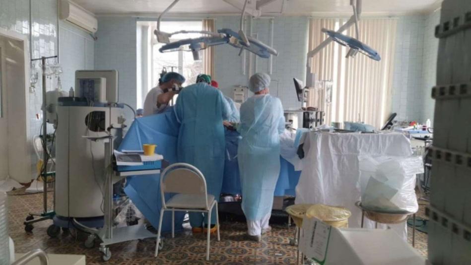 فريق طبي يجري عملية قلب مفتوح لمريض رغم النيران التي تحاصر المستشفى