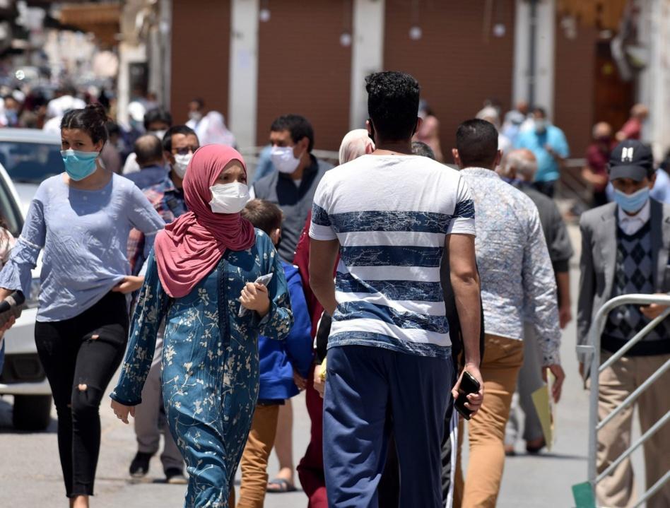 غالبية المغاربة يقاطعون ارتداء الكمامات وتحذيرات من عودة الإجراءات المشددة