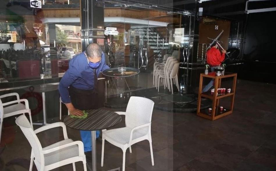 تخوف وقلق في صفوف أرباب المقاهي والمطاعم من العودة إلى الإغلاق المبكر
