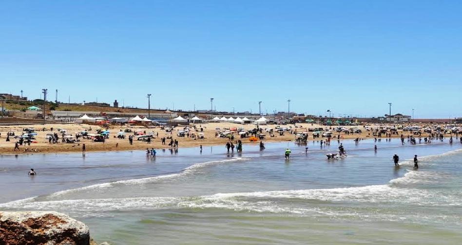 المصطافون بشاطئ الرباط ينددون بغياب المرافق