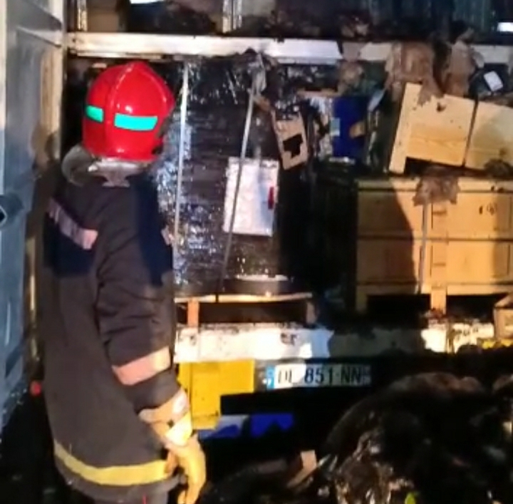 بالفيديو: حريق بشاحنة سلع محملة بمواد قابلة للاحتراق