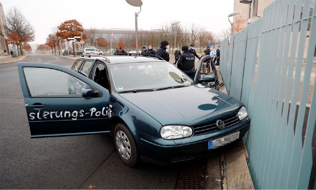سيّارة مكتوب عليها عبارات غاضبة تصدم بوابة مقرّ «ميركل» في برلين