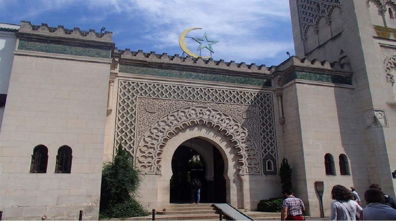 أكثرُ من 70 مسجداً تحت المراقبة بفرنسا وتهديد بإغلاقها