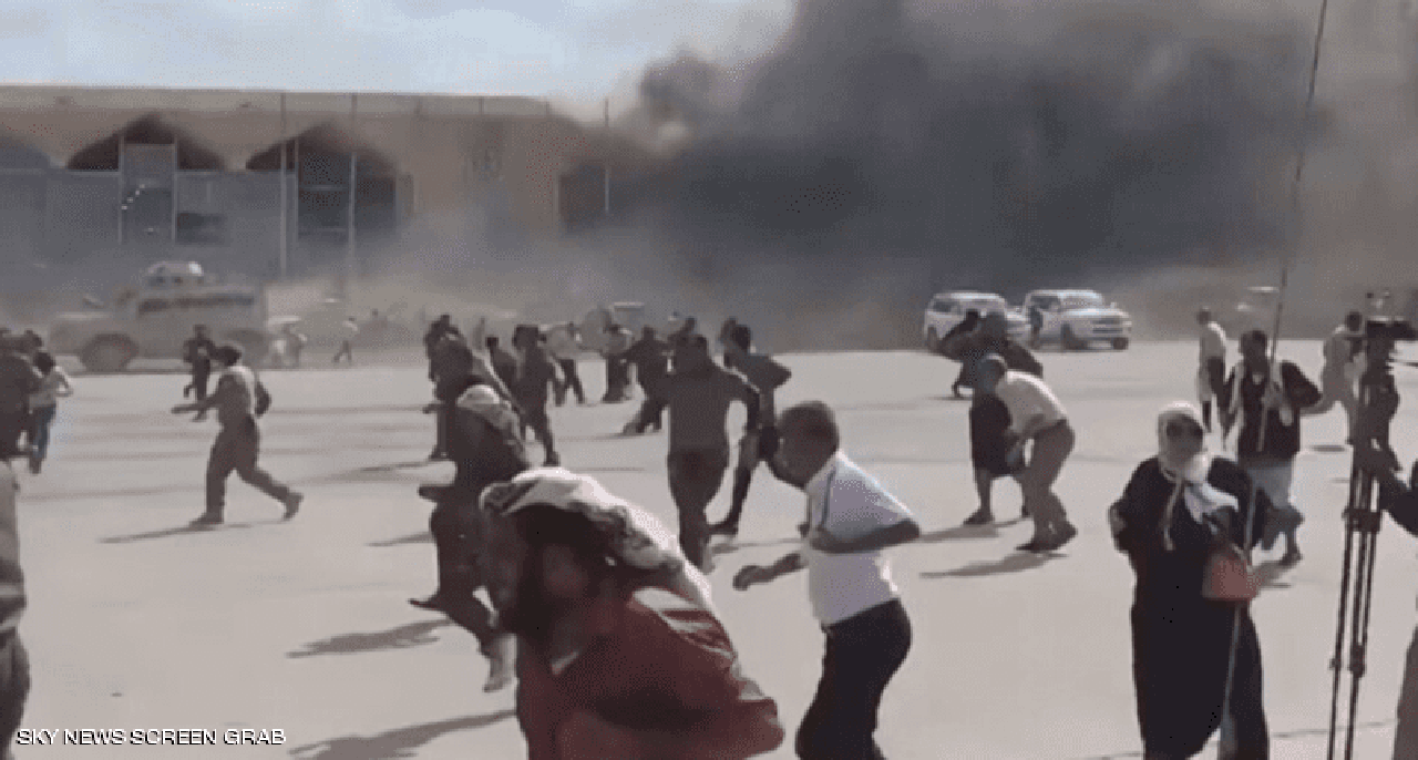 انفجارات إستهدفت مطار عدن مع وصول الحكومة الجديدة