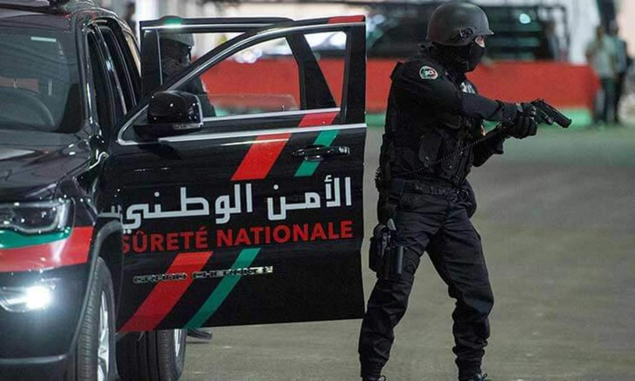 عناصر شرطة فاس تشهر أسلحتها النارية لتوقيف 3 جانحين.