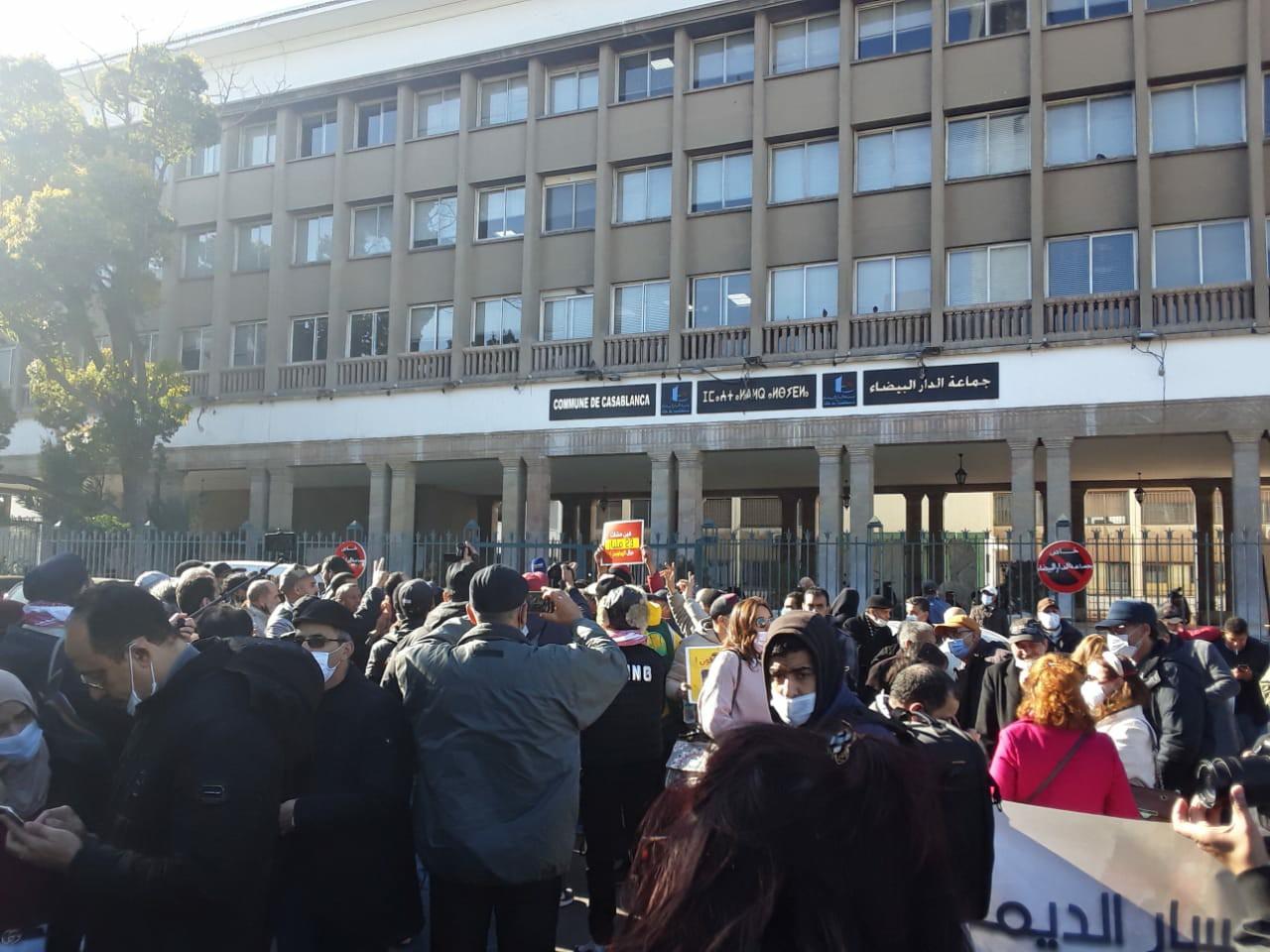 """متظاهرون يرفعون شعار """"ارحل"""" في وجه مجلس جماعة الدار البيضاء"""