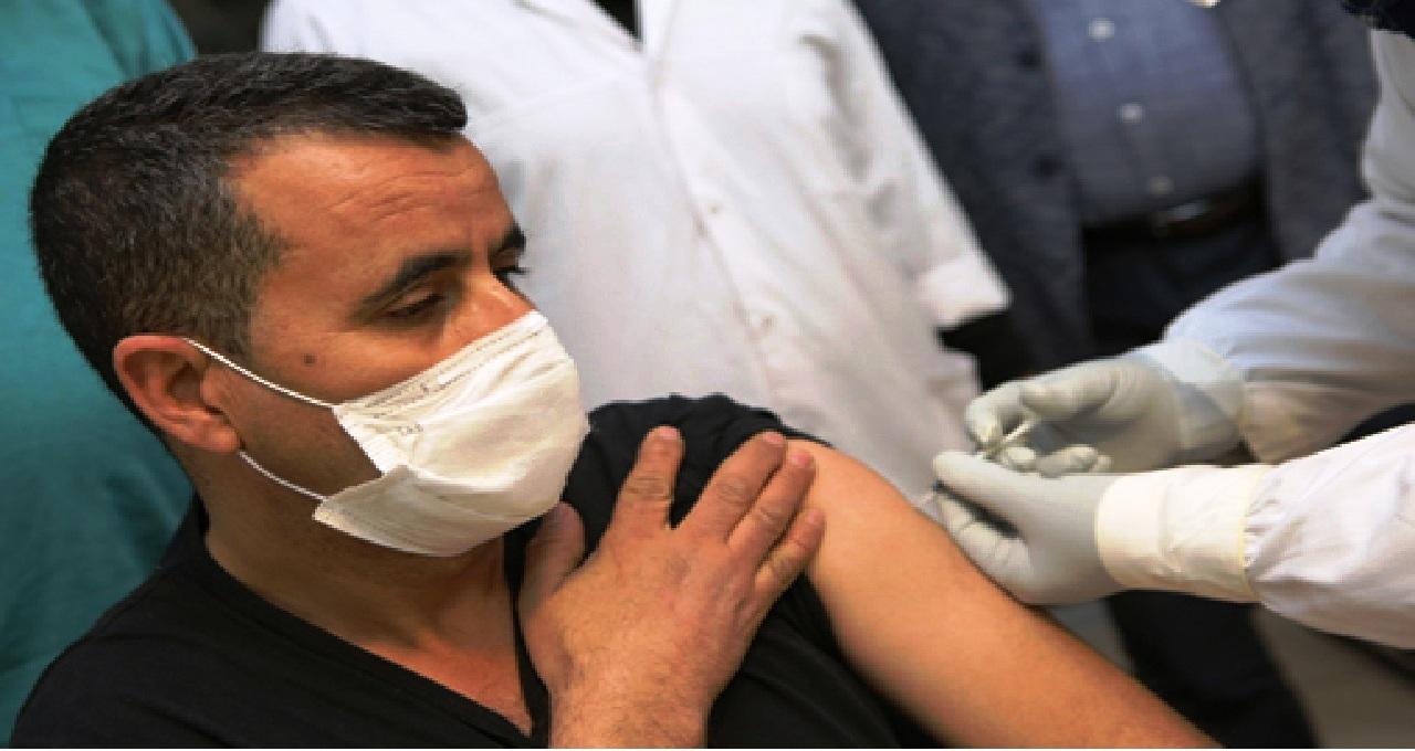 أطر الصحة بخنيفرة يتلقون الجرعة الأولى من اللقاح المضاد لفيروس كورونا