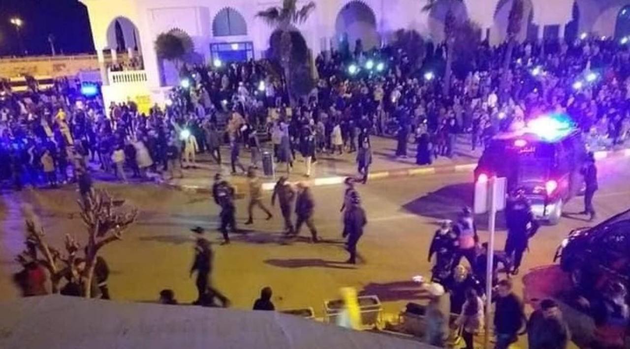 إصابة 6 عناصر من القوات العمومية خلال فض وقفة احتجاجية بالفنيدق