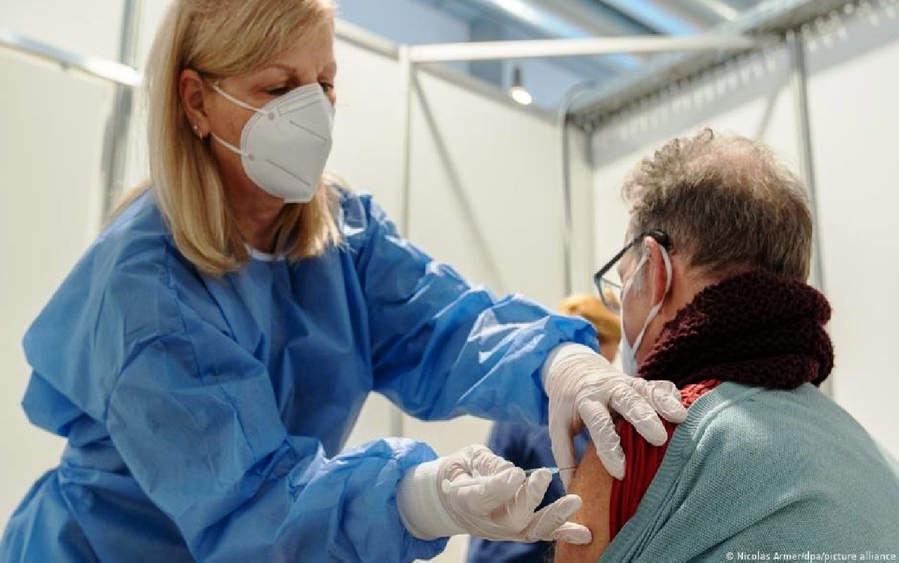 المديرية الجهوية للصحة بجهة فاس مكناس تُفَنّدْ مزاعم وفاة مسنّيْن إثر تلقيهما اللقاح ضد كورونا