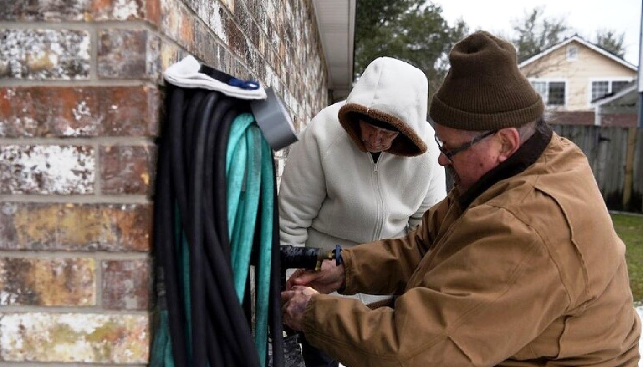 بسبب الثلوج.. ولاية تكساس الأمريكية تعاني من نقص المياه بعد انقطاع الكهرباء