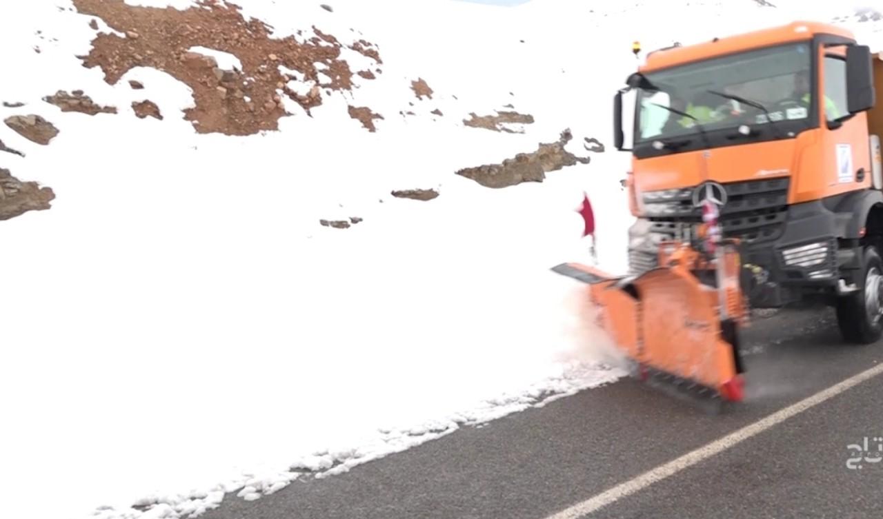 الثلوج تشل حركة السير بالمرتفعات و وزارة التجهيز تتدخل