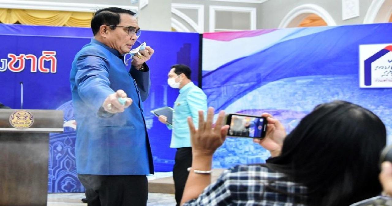 رئيس وزراء التايلاند يرش الصحافيين بمادة مطهرة بعد استيائه من سؤال!