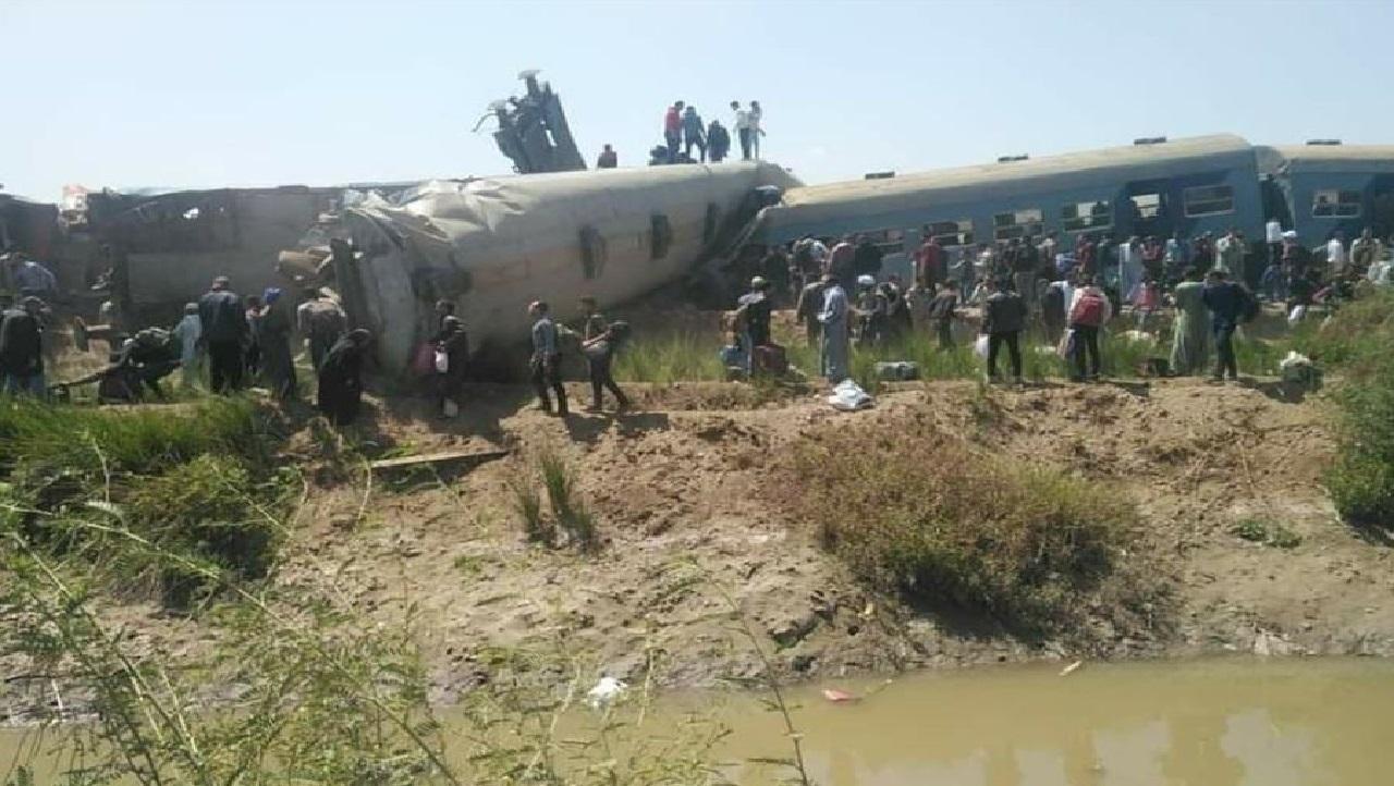 دماء على القضبان.. عشرات القتلى والجرحى بحادث تصادم قطارين في مصر