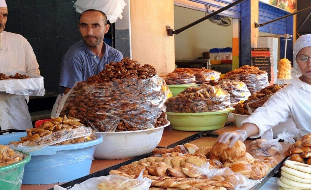 مقاهي ومطاعم البيضاء تتحول إلى محلات بيع الحلويات والمعجنات في رمضان