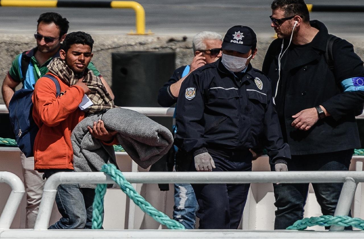الاتحاد الأوروبي يخطط لإعادة المهاجرين المخالفين إلى بلدانهم