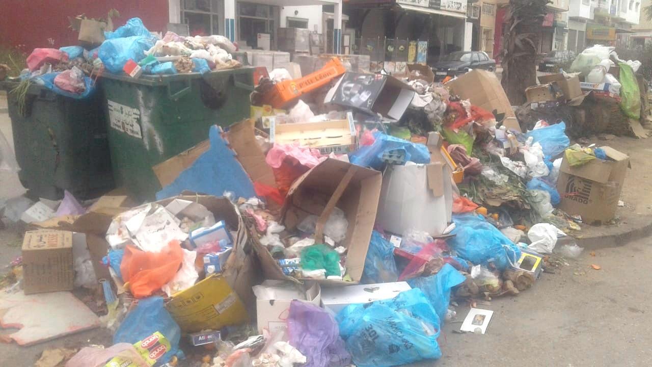 أحياء بمدينة تمارة ترزح تحت أكوام القمامة