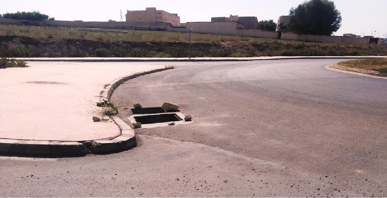 سرقة أغطية قنوات الصرف الصحي تعرض حياة المارة والسائقين للخطر
