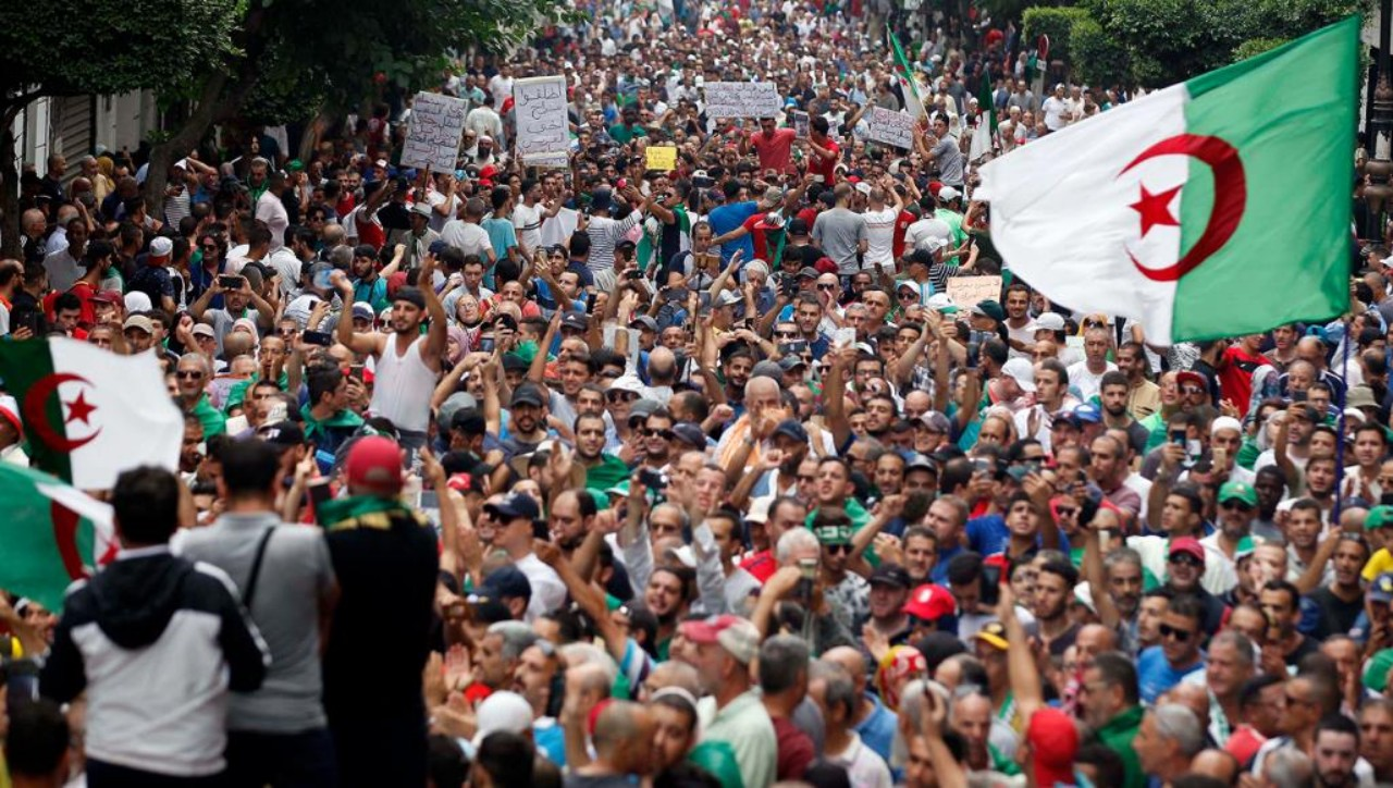 نجاح المقاطعة و ارتفاع سقف مطالب الحراك الشعبي يقوضان محاولات النظام الجزائري تجديد شرعيته المخدوشة