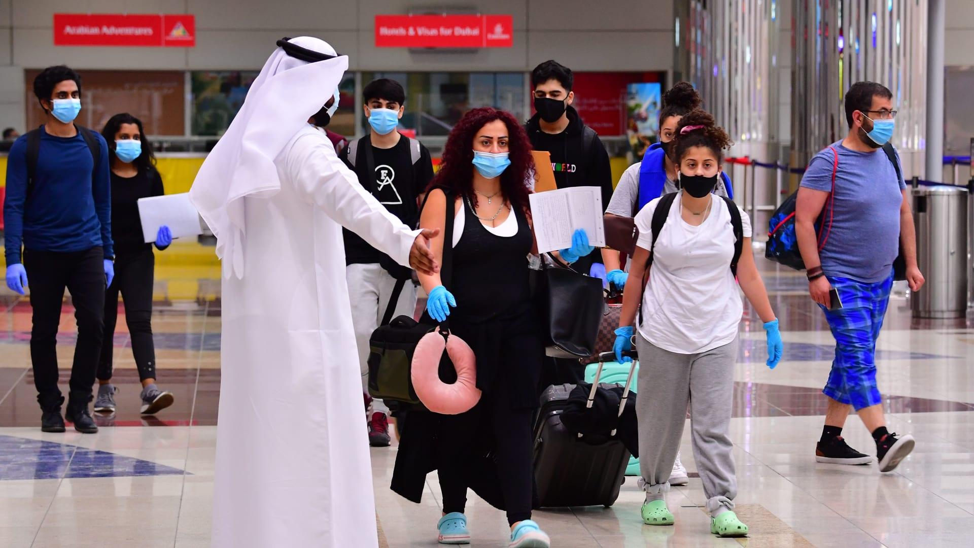 """هذا ما أعلنته """"الإمارات"""" بشأن تأشيرات السياحة للمطعمين ضد كورونا من جميع دول العالم"""
