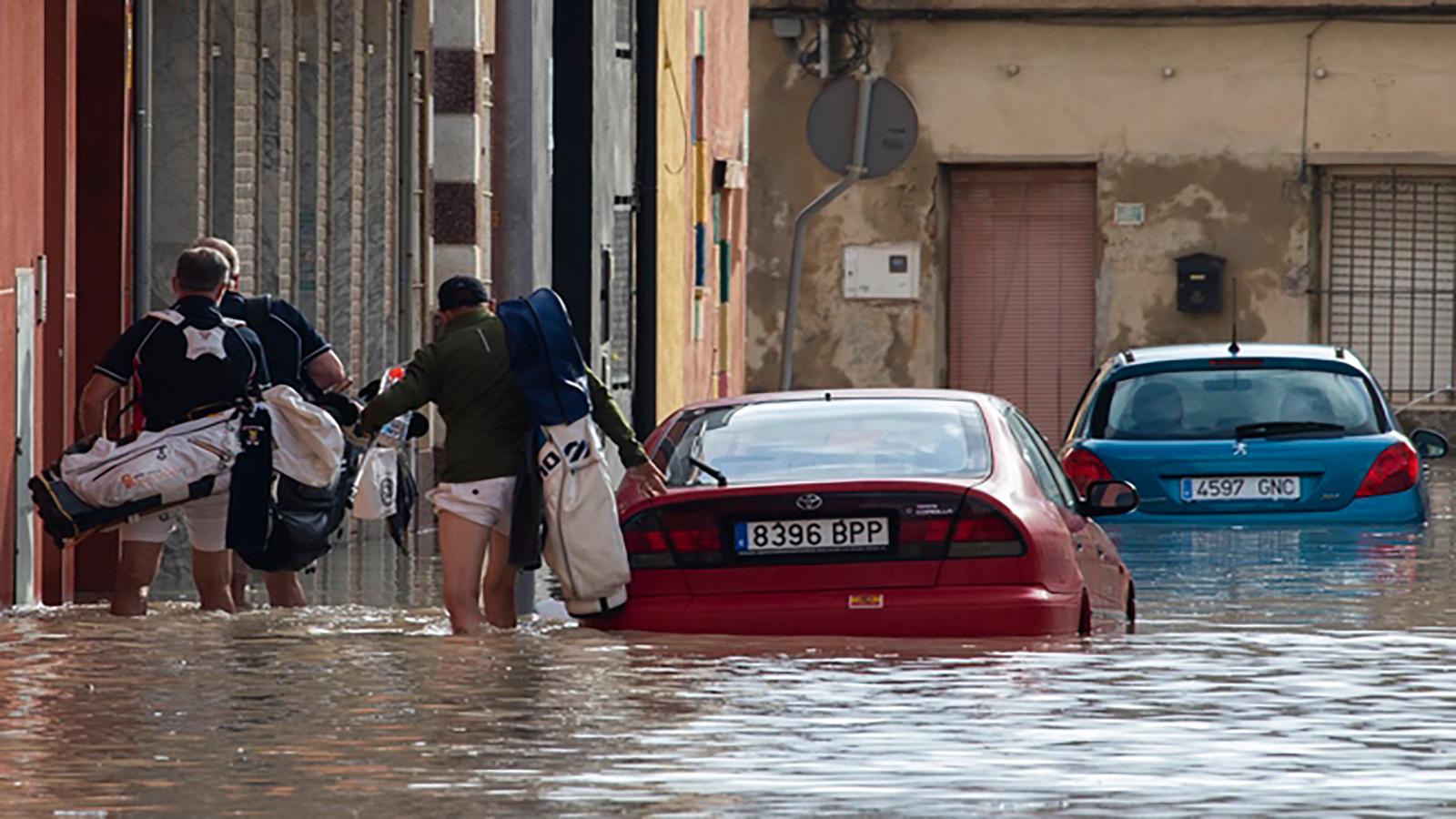 """""""عاصفة هوجاء تجتاح إسبانيا"""" وتخلف خراباً كبيراً"""
