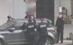 شرطة البيضاء تعتقل شخصا وقف على سطح سيارة عاريا بالشارع العام